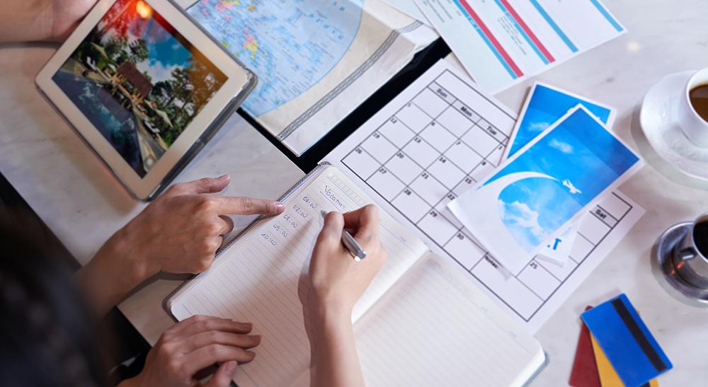 Pessoas-planejando-viagem
