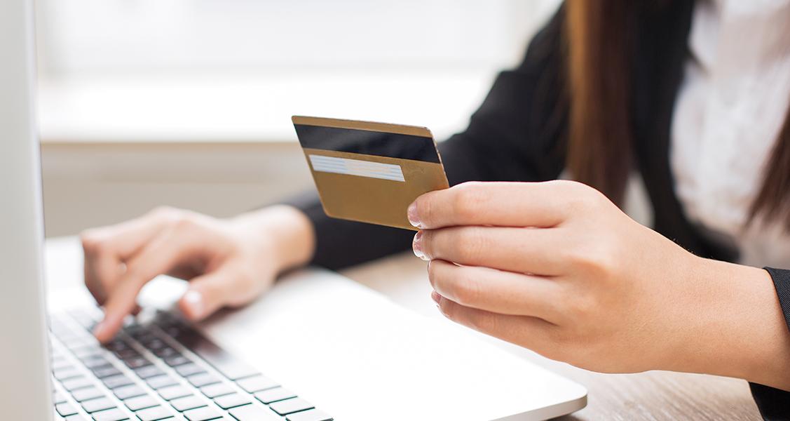 Pessoa-usando-o-cartao-de-credito