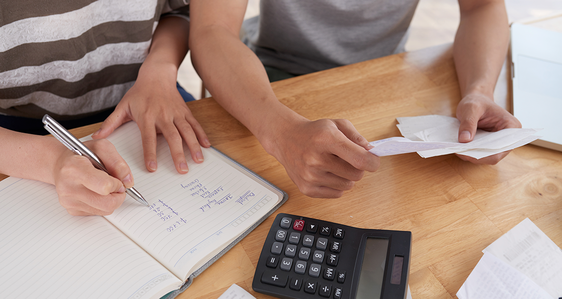 Pessoa-fazendo-calculos-de-seu-orçamento