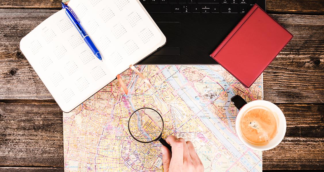 Pessoa-analisando-um-mapa