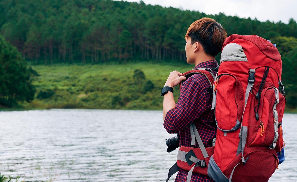 pessoa-com-um-mochilão-olhando-a-paisagem