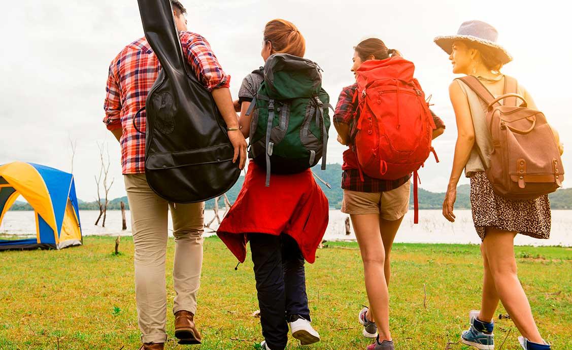 grupo-de-amigos-com-mochila-nas-costas