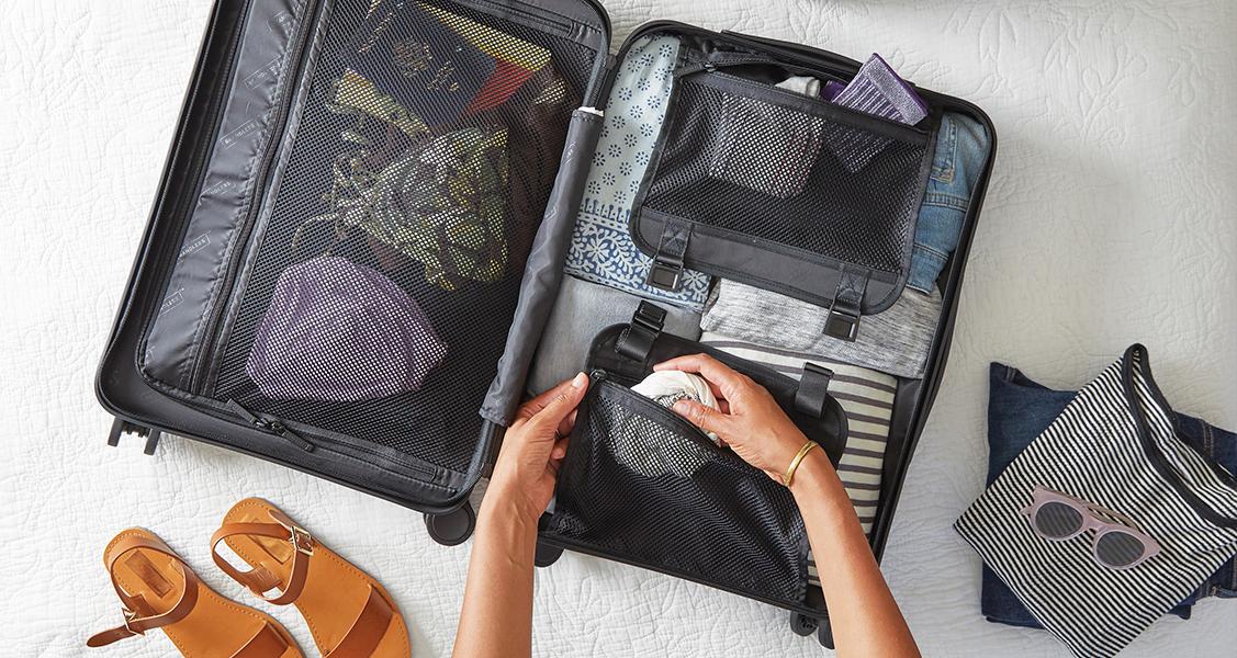 Pessoa-arrumando-as-malas-para-viajar