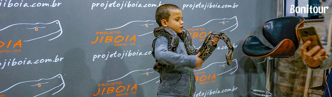 criança-segurando-cobra