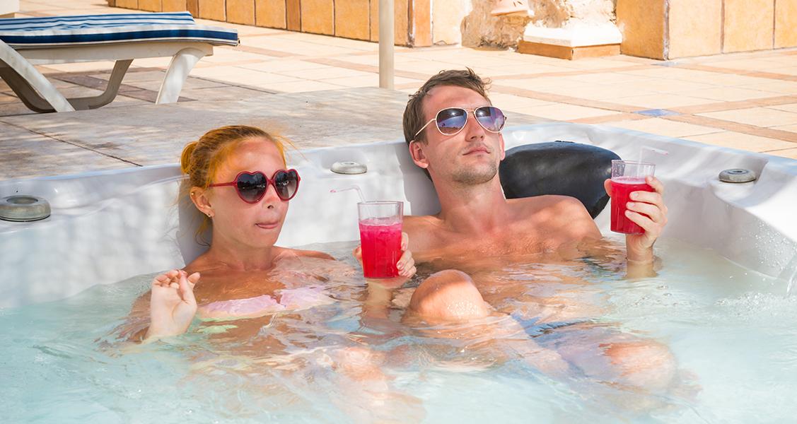 Casal-relaxando-em-uma-banheira-de-hidromassagem