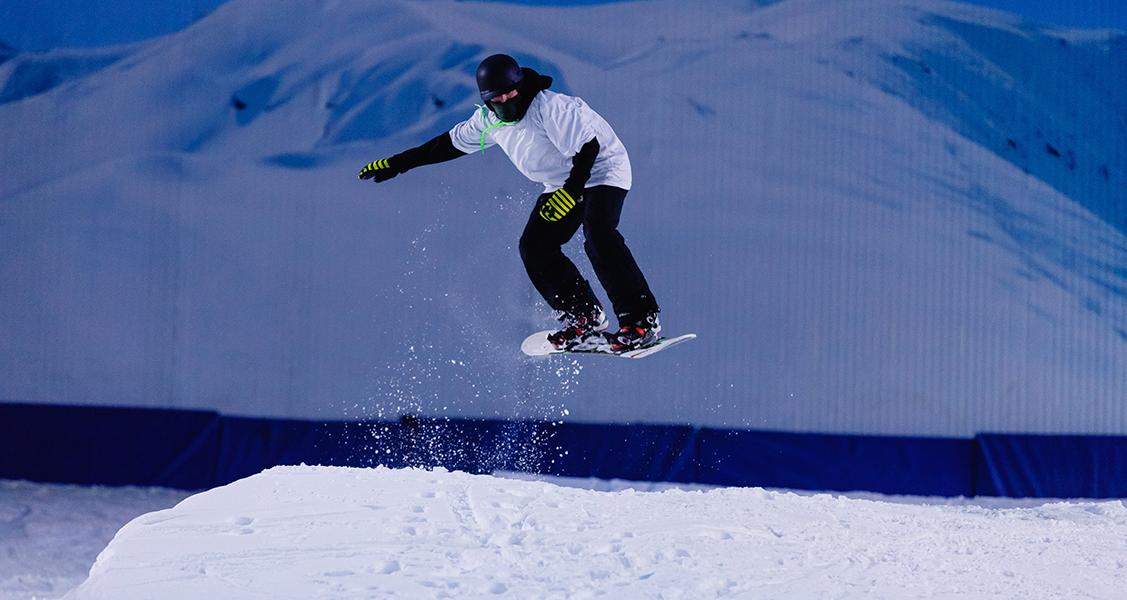 Homem-se-divertindo-com-o-Snowboard