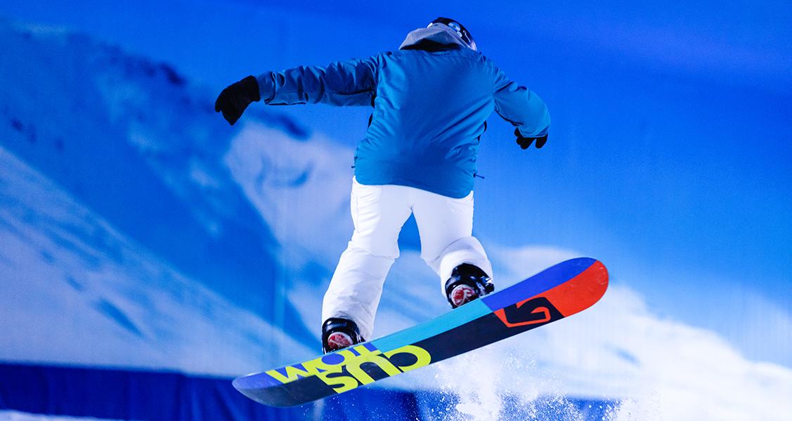 Pessoa-praticando-snowboading-no-Snowland