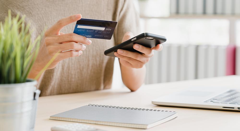 Pessoa-com-o-cartão-de-crédito-comprando-online