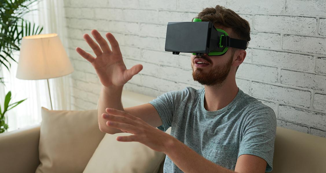 Pessoa-com-óculos-VR-aproveitando-o-tour-virtual