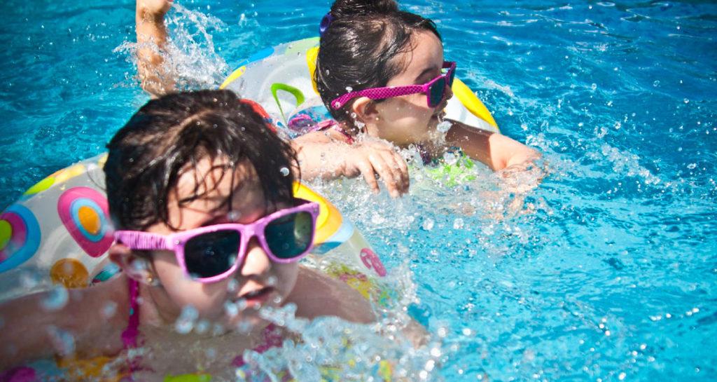 criancas-na-piscina