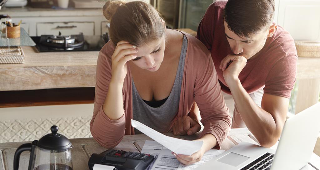 Pessoas-calculando-suas-finanças